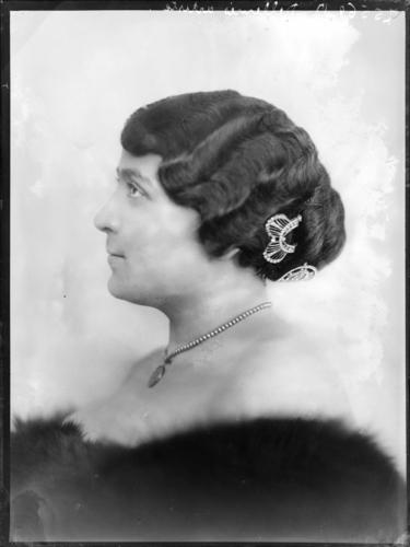 Portrait de mademoiselle Dellevrès, artiste au Casino