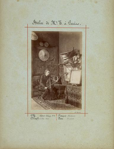 Paris, le peintre Edouard] B[rot] jouant du violoncelle dans son atelier