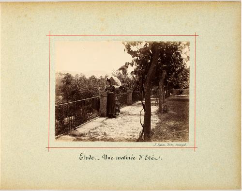 Portugal, femme dans un jardin