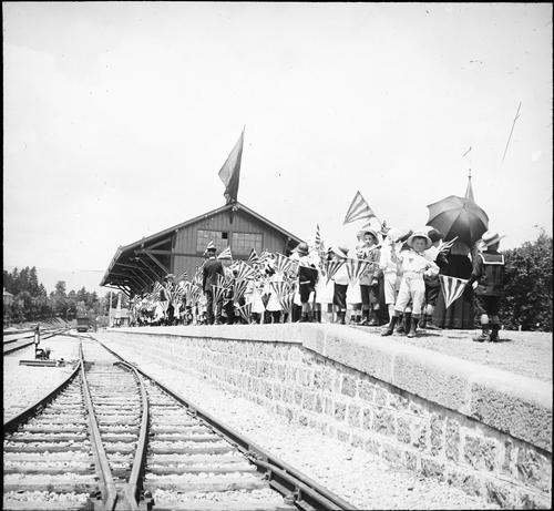 Versoix, fête du Centenaire: enfants sur le quai de la gare