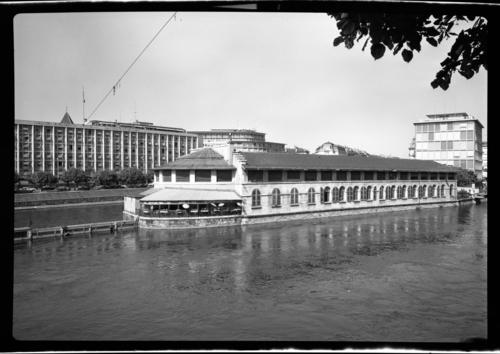 Genève, Ile: halles avec l'hôtel du Rhône au second plan