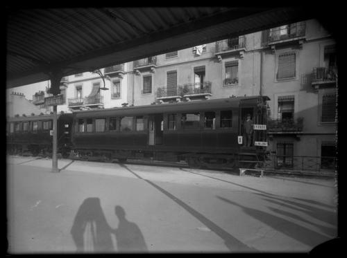 Genève, gare Cornavin: train spécial de la Croix-Rouge stationnant sur le quai