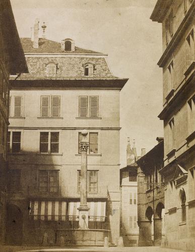 Genève, rue de l'Hôtel-de-Ville: la fontaine avec, à l'arrière plan, la maison Calandrini