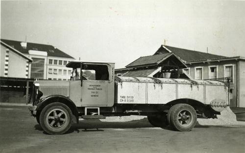 camion benne saurer au d p t de la voirie de gen ve au boulevard saint georges notre histoire. Black Bedroom Furniture Sets. Home Design Ideas
