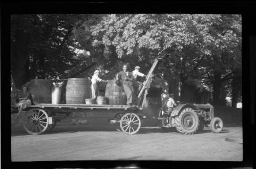 Jussy, tracteur tirant un char avec des tonneaux
