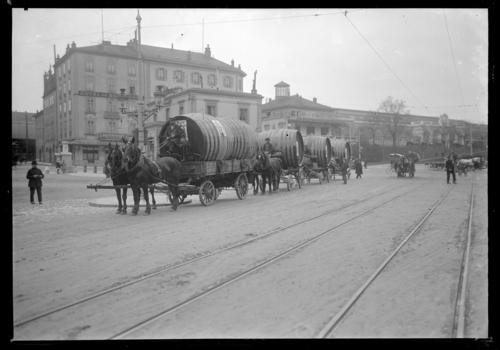 Genève, place Cornavin: transport de foudres de bière destinés à la Brasserie de l'Avenir