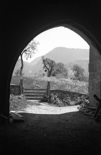 Haute-Savoie, Saint-Jean d'Aulps: abbaye (porte ogivale vue en direction de l'extérieur)