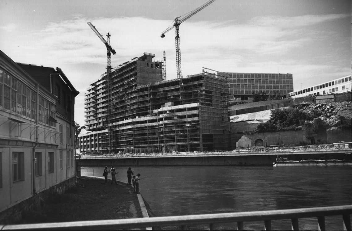 Gen ve quai du seujet chantier de construction de l 39 immeuble de la ville de gen ve notre for Construction piscine geneve