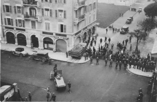 Genève, boulevard Carl-Vogt: soldats en position barrant l'accès à la caserne aux lendemains du 09.11.1932