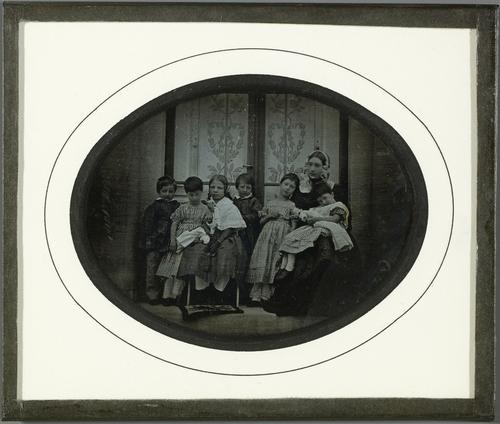 Portrait de groupe, Madame Cayla Beaumont avec ses enfants et les enfants Eynard