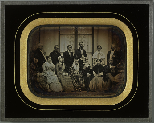 Gilly, Beaulieu: portrait de groupe, famille Eynard et amis, devant la villa