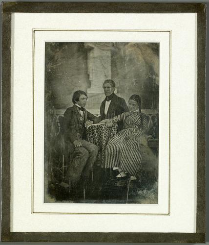 Portrait de groupe, un homme et deux enfants