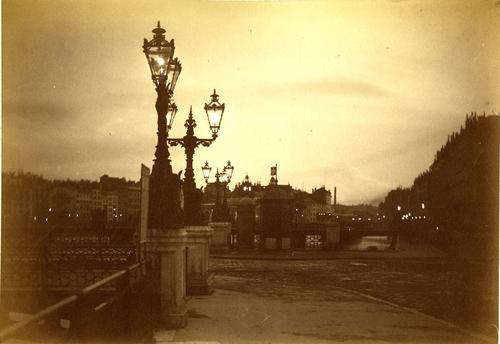 Genève, le pont du Mont-blanc et le quai des Bergues à la tombée de la nuit