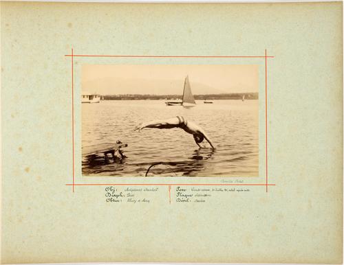Jeune garçon plogeant dans le lac