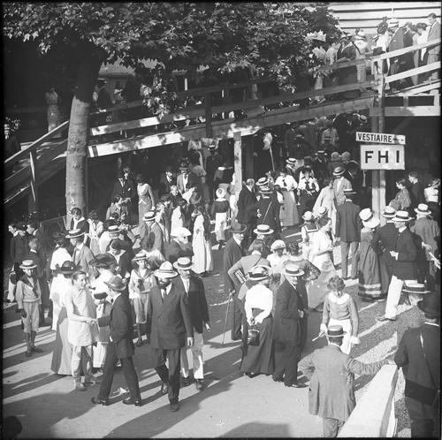 Genève, fêtes du Centenaire: spectateurs devant le théâtre durant l'entracte