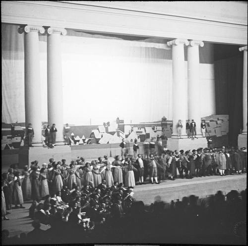Genève, parc de la rive droite: spectacle dans le théâtre du Centenaire (troisième acte)