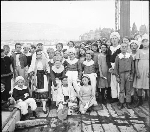 Genève, fêtes du Centenaire: groupe de jeunes acteurs
