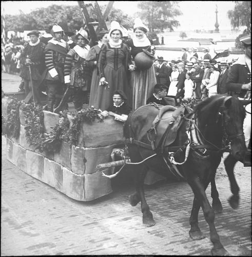 Genève, fêtes du Centenaire: cortège de clôture (le char de l'Escalade)