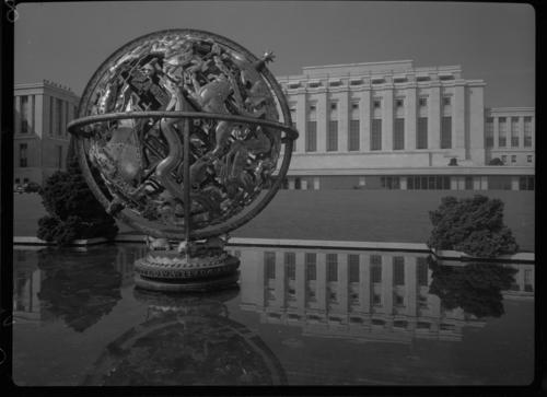 Genève, avenue de la Paix: palais des Nations et sphère armillaire