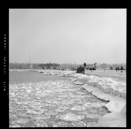 Genève, jetée des Pâquis: bords du lac gelés