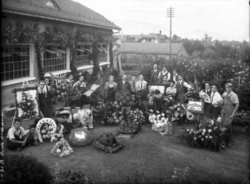 Genève, avenue de Châtelaine: école cantonale d'horticulture, groupe d'élèves posant avec leurs arrangements floraux