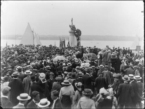 Cologny, fête du Centenaire: pose d'une couronne sur le monument du port Noir