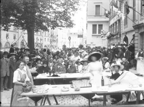 Genève, Corraterie: banquet de quartier organisé pour le bicentenaire de la naissance de Jean-Jacques Rousseau