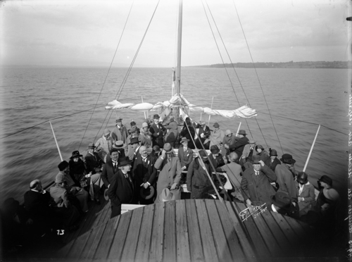 """Léman, passagers de première classe sur le pont d'un bateau de la CGN, vraisemblablement le bateau-salon """"Général-Dufour"""" (congrès du secours aux enfants)"""