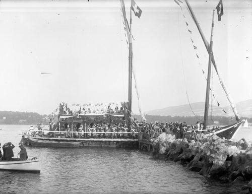 Genève, fêtes du Centenaire: la barque lémanique amarrée à la Perle du Lac