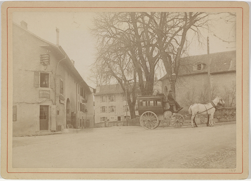 Vandoeuvres, place de Vandoeuvres: l'omnibus en partance pour Genève devant le bureau des postes fédérales