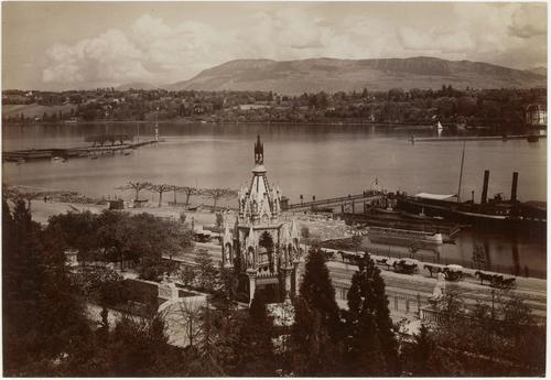 Genève, quai du Mont-Blanc: vue panoramique en direction des Voirons avec le monument Brunswick au premier plan