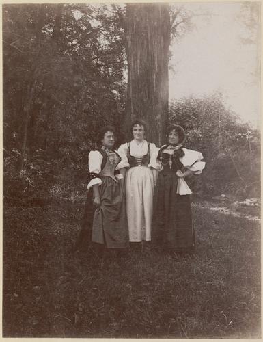 Genève, Exposition nationale: femmes en costume au village suisse