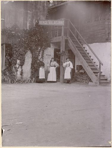 Genève, Exposition nationale: femmes devant l'auberge valaisanne du village suisse