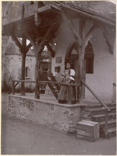 Genève, Exposition nationale: femme devant la poste du village suisse