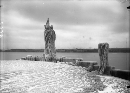 Cologny, le monument du port Noir sous la glace