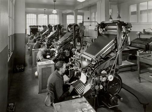 Tribune de Genève: typographe travaillant sur des linotypes
