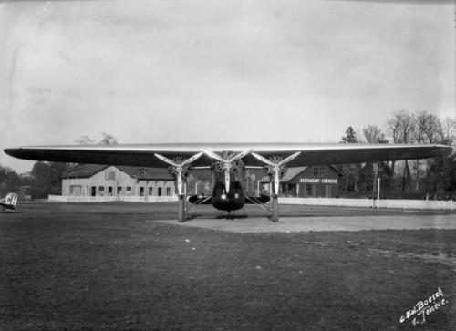 Meyrin, avion Fokker F7B-3M devant le bâtiment administratif et le restaurant de l'aéroport