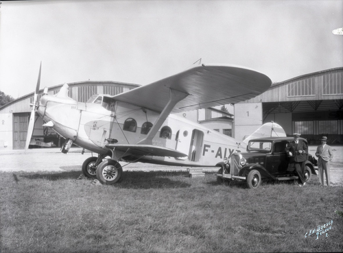 Meyrin, Cointrin: avion Breguet BRE 280T devant les hangars métalliques