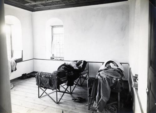 Frédéric Boissonnas et Daniel Baud-Bovy dormant sur des lits de camp près du Mont Olympe lors de leur voyage en Grèce de 1913