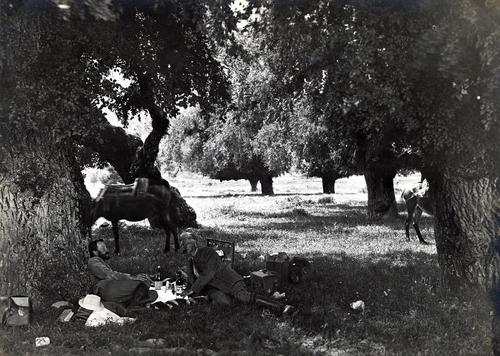 Daniel Baud-Bovy et Frédéric Boissonnas déjeunant sur l'herbe près du Mont-Olympe lors de leur voyage en Grèce de 1913