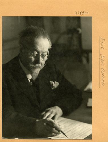 Emile Jaques-Dalcroze (1865-1950) corrigeant une partition