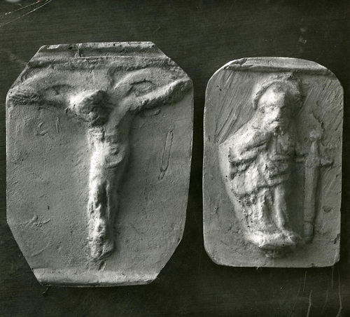 Moulages de détail de la cloche dite la Clémence à la cathédrale Saint-Pierre de Genève: la Crucifixion et saint Paul