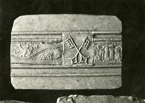 Moulage de détail de la cloche dite des heures à la cathédrale Saint-Pierre de Genève : les armes du Chapitre de la cathédrale