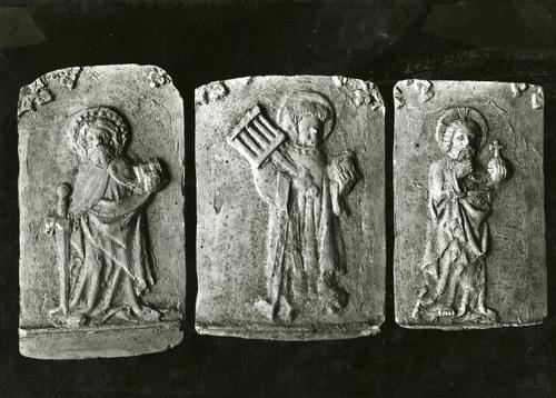 Moulages de détail de la cloche dite des heures à la cathédrale Saint-Pierre de Genève : les saints Paul (avec l'épée) et Laurent (avec le gril) et le Christ portant le globe