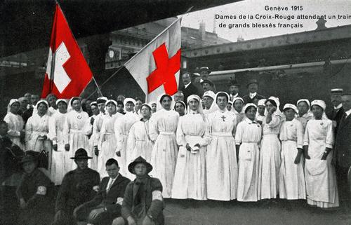 Genève, Cornavin: la Croix-rouge attendant un train de grands blessés français