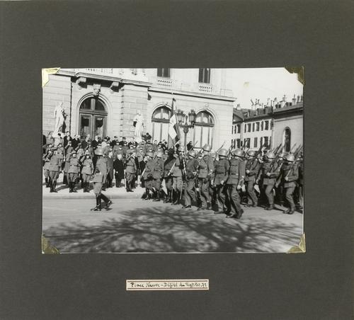 Genève, place de Neuve: défilé militaire (page 3: Rgt Ter 71)