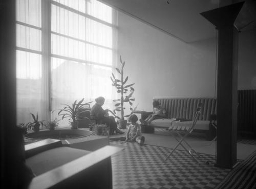 Genève, rue Saint-Laurent: immeuble Clarté. Salon de l'appartement duplex neuf pièces de Madame Suares, au quatrième étage du numéro 2