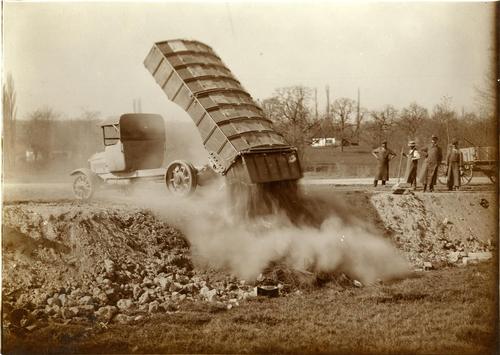 Camion-benne à ordures Saurer de la voirie de Genève déversant les ordures