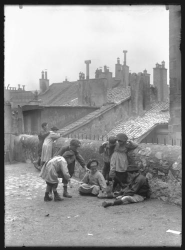 Genève, Tour-de-Boël : groupe d'enfant jouant aux billes (nius)