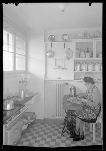 Genève, cité Vieusseux: femme dans une cuisine